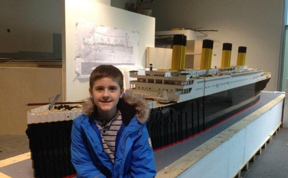 Un băiețel cu autism a construit cea mai mare copie a Titanicului din lego! - SteMir